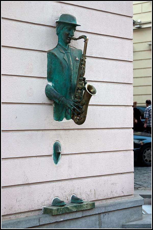 Трубач в стене
