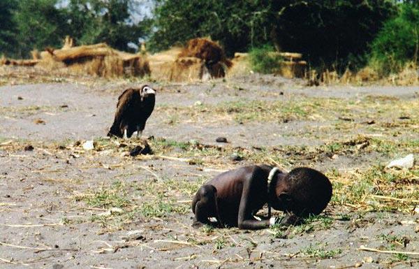 Кевин Картер - Суданская девочка и стервятник