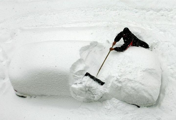 Местный житель счищает снег со своего автомобиля, Пхенчхан, провинция Канвондо, Южная Корея