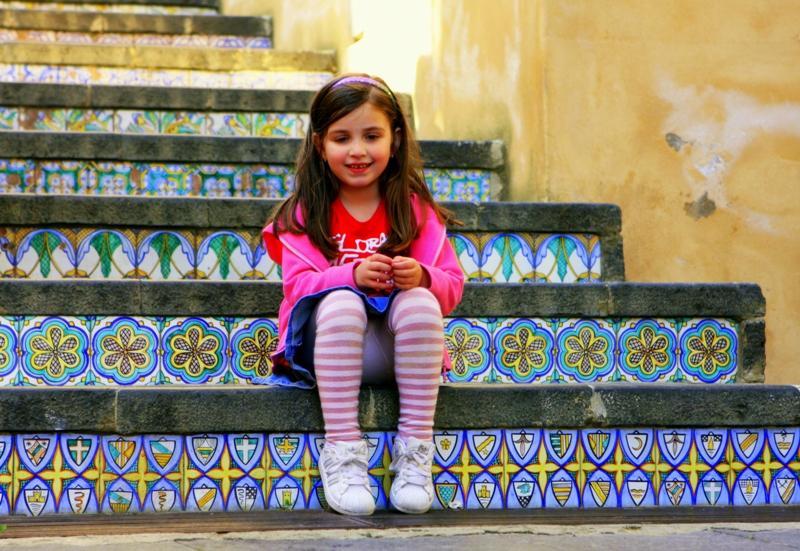 Девушка писяет на ступеньках