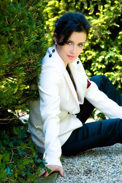 Тина Канделаки сидит в белом пиджаке