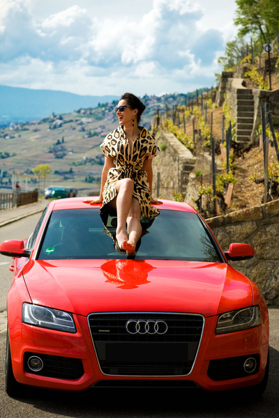 Тина Канделаки сидит на крыше красной Ауди