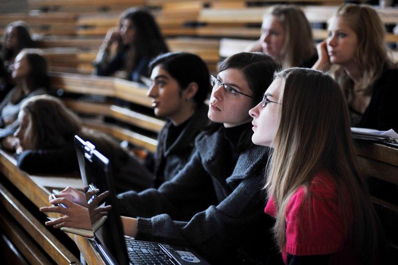 студенты слушают лекцию Канделаки