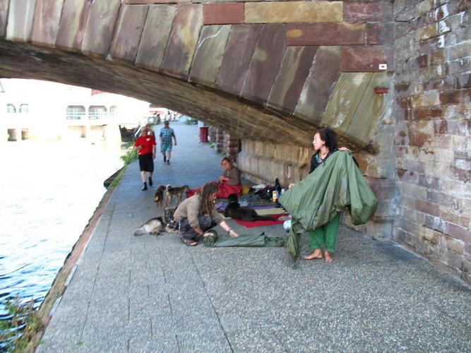 картинки бомж под мостом великое