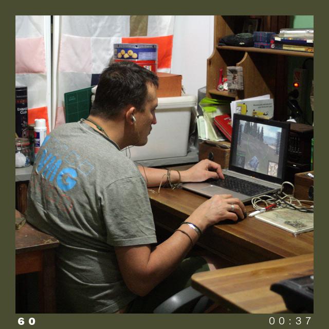 муж играет в компьютерные марте