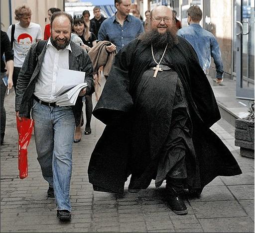 мальчик и свщенник в шакафу марте